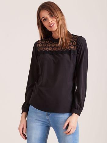 Czarna elegancka bluzka z ozdobnym dekoltem