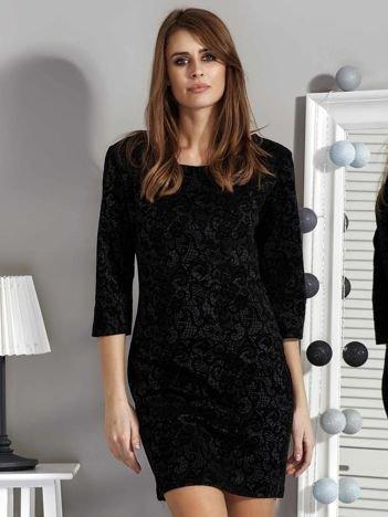 Czarna elegancka sukienka w koronkowy wzór