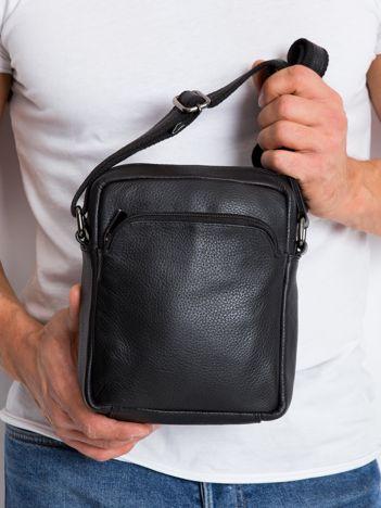 Czarna gładka torba męska na ramię