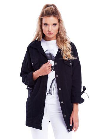 Czarna jeansowa kurtka ze sznurowaniem na rękawach