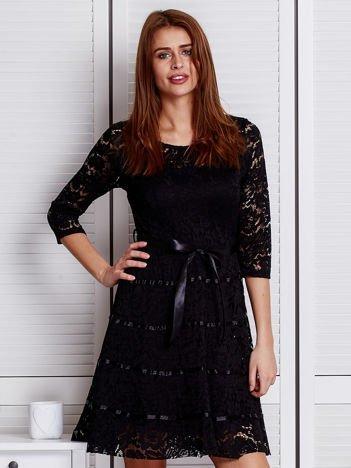 Czarna koronkowa sukienka z błyszczącymi wstążkami