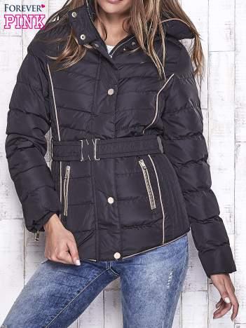 Czarna kurtka z futrzaną podszewką i złotymi guzikami
