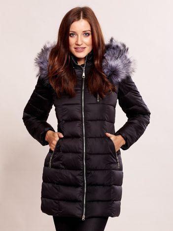 Czarna kurtka zimowa z futrzanym kołnierzem