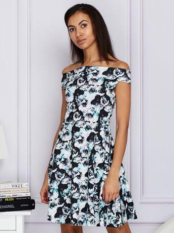 Czarna kwiatowa sukienka z rozkloszowanym dołem