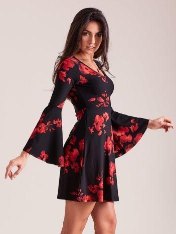 Czarna kwiatowa sukienka z rozszerzanymi rękawami