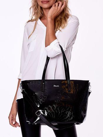 Czarna lakierowana torba shopper bag z tłoczonym wzorem