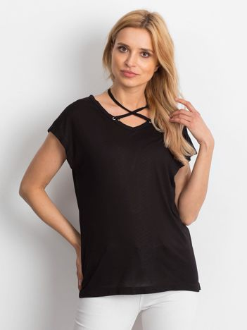 Czarna lejąca bluzka z cienkimi paseczkami