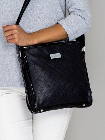 Czarna pikowana torba listonoszka z lakierowanymi wstawkami