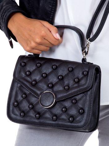 Czarna pikowana torebka z aplikacją