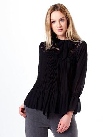 Czarna plisowana bluzka z wiązaniem