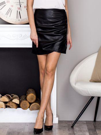Czarna spódnica mini z marszczeniem i ozdobnym suwakiem