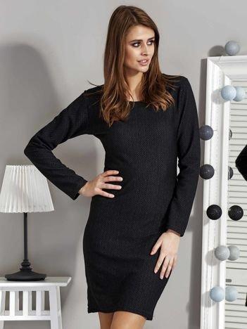 Czarna sukienka dzienna o wypukłej fakturze