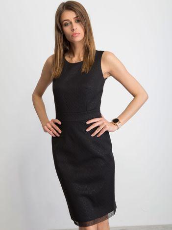 Czarna sukienka koktajlowa w drobny tłoczony wzór