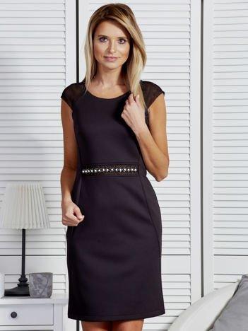 Czarna sukienka koktajlowa z siatkowymi wstawkami przy dekolcie