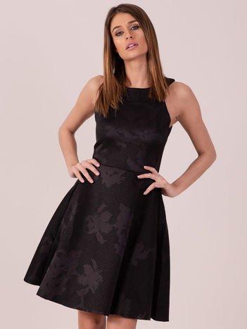 Czarna sukienka w atłasowy kwiatowy wzór