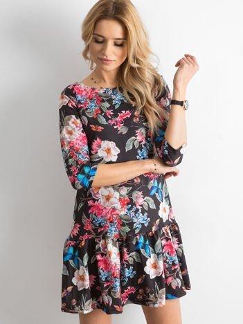 Czarna sukienka w kontrastowy kwiatowy motyw