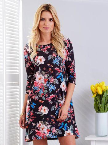 Czarna sukienka w kwiaty o prostym kroju