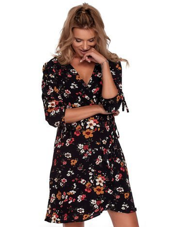 Czarna sukienka w kwiaty z kopertowym dekoltem