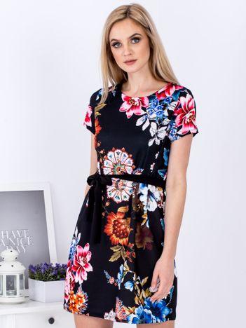 Czarna sukienka w kwiaty z wiązaniem