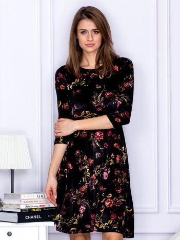 Czarna sukienka w ornamentowy wzór