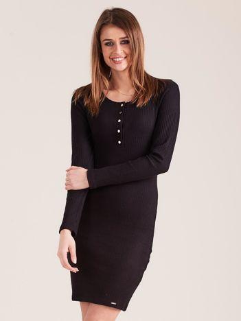 Czarna sukienka w prążek z guzikami