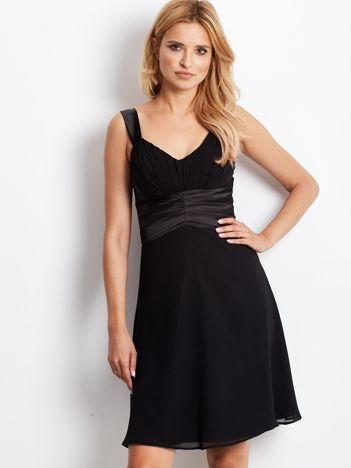 Czarna sukienka wieczorowa z marszczeniami przy dekolcie