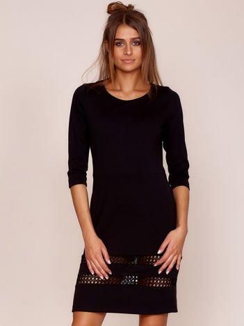 Czarna sukienka z ażurowymi wstawkami