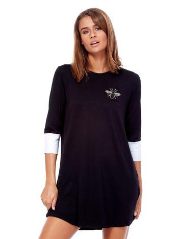 Czarna sukienka z biżuteryjną naszywką i koszulowymi mankietami