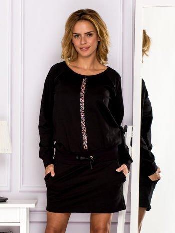 Czarna sukienka z biżuteryjnym paskiem