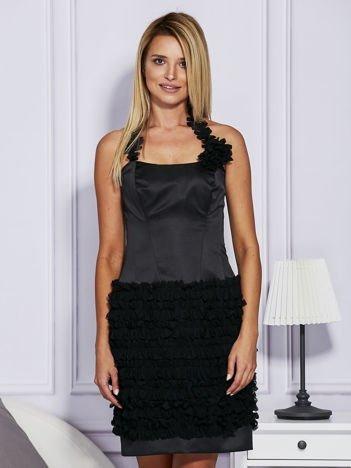 Czarna sukienka z bogato zdobioną spódnicą