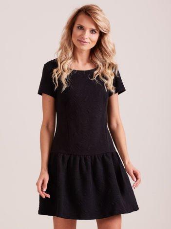Czarna sukienka z falbaną wytłaczana w geometryczny wzór
