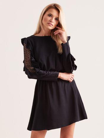 Czarna sukienka z falbanami na rękawach