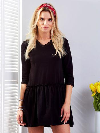 Czarna sukienka z koronką przy dekolcie