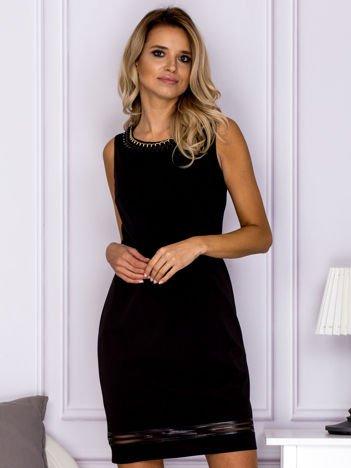 Czarna sukienka z łańcuszkiem