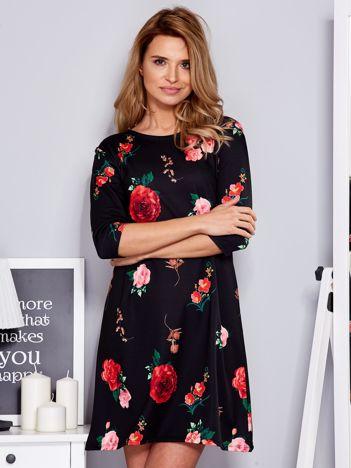 Czarna sukienka z nadrukiem róż