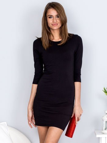 Czarna sukienka z ozdobnym dekoltem z tyłu