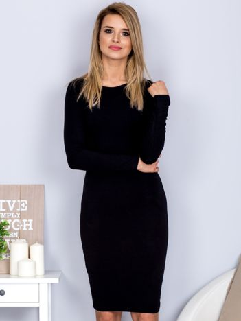 Czarna sukienka z ozdobnymi guzikami na plecach