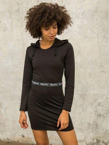Czarna sukienka z tekstową taśmą i kapturem