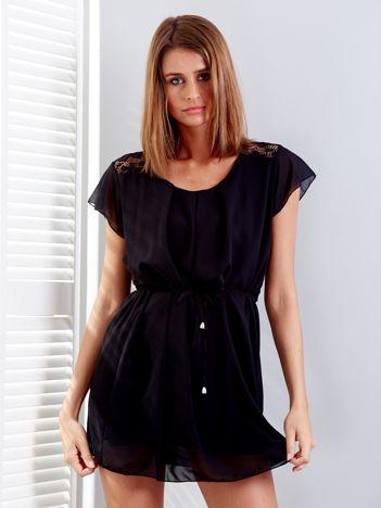 Czarna sukienka z troczkami i koronkową wstawką