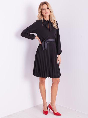 Czarna sukienka z wiązaniami