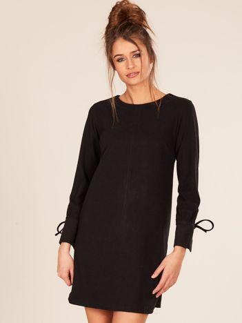 Czarna sukienka z wiązanym rękawem