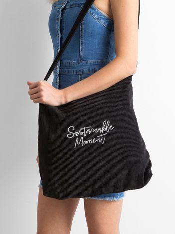 Czarna sztruksowa torba z napisem
