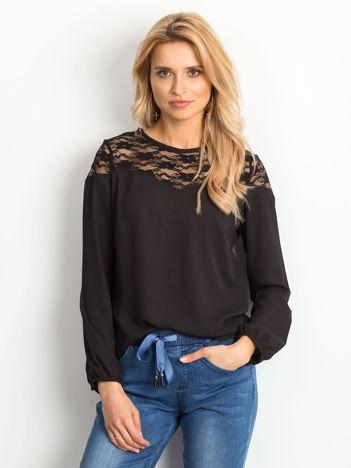 Czarna szyfonowa bluzka z koronkowym dekoltem