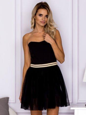 Czarna tiulowa sukienka z błyszczącym paskiem
