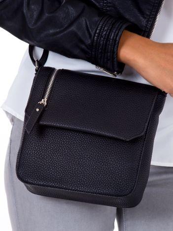Czarna torba listonoszka z asymetrycznym suwakiem