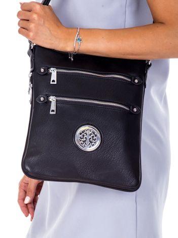 Czarna torba listonoszka z okrągłą ozdobą