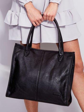 Czarna torba na ramię w miejskim stylu