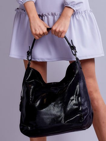 Czarna torba na ramię z błyszczącą fakturą