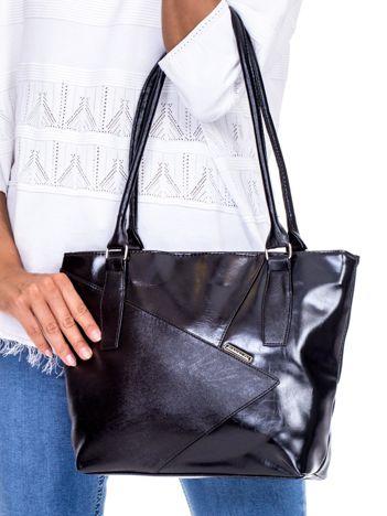 Czarna torba z asymetrycznymi przeszyciami