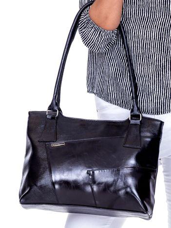 8fa6db6f213c2 Czarna torebka damska na ramię z przeszyciami